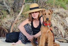 Elegante Frau u. Hund Airedales Terrier auf Ferien Lizenzfreie Stockfotos