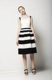 Elegante Frauen-Mode-Modell in Licht-gestreifter Baumwolle Sundress. Vogue-Art Lizenzfreies Stockbild