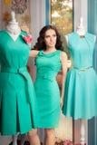 Elegante Frauen-in Mode Speicher unter Mannequins Lizenzfreies Stockbild