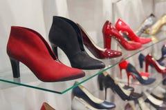Elegante Frauen ` s Schuhe auf dem Zähler Lizenzfreies Stockfoto