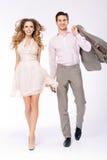 Elegante frohe Paare, die zusammen gehen Lizenzfreie Stockfotografie