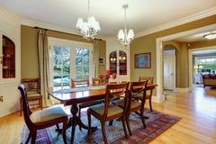 Elegante geleverde eetkamer met houten rustiek eettafelse Stock Foto's