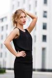 Elegante Geschäftsfrau in der schwarzen Kleidung am Sommertag stockfotografie