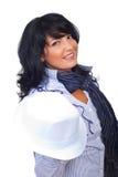 Elegante Geschäftsfrau, die weißen Hut anhält Stockfoto