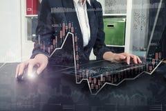 Elegante Geschäftsfrauhände, die auf PC schreiben Stockbilder