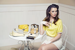 Elegante, gewaagde dame in luxeruimte Stock Fotografie