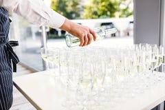 Elegante Gläser mit Champagne Standing in Folge auf dem Dienen von Tabl stockfotos