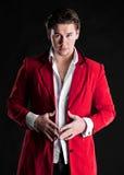 Elegante glimlachende jonge knappe mens in rood kostuum Royalty-vrije Stock Fotografie