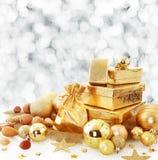 Elegante Goldweihnachtsstilllebenanordnung Stockfoto