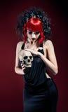 Elegante gotische Frau mit dem Schädel lizenzfreies stockbild