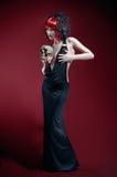 Elegante gotische Frau mit dem Schädel lizenzfreie stockfotos