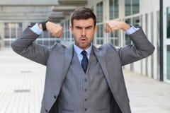 Elegante grappige zakenman die zijn spieren buigen royalty-vrije stock foto