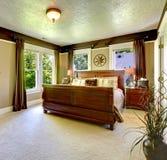 Elegante groene slaapkamer met grote bed en gordijnen. Royalty-vrije Stock Fotografie