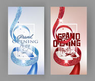Elegante Grote het openen uitnodigingskaarten met geweven krullende rode en blauwe linten en gouden kronen Stock Foto's