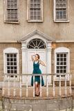 Elegante hübsche Frau auf Hintergrund eines alten Palastes Lizenzfreies Stockfoto