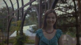Elegante hübsche Frau, die mit Mann im Park flirtet stock video