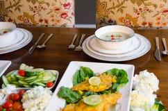 Elegante Hauptabendesseneinstellung mit Fischen, Gemüse und Suppe Stockfoto