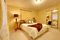 Elegante heldere slaapkamer met walk-in kast Stock Foto's