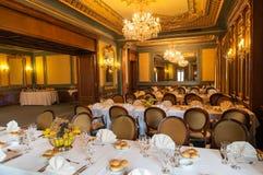 Elegante Hochzeitsempfanghalle betriebsbereit zu den Gästen stockbild