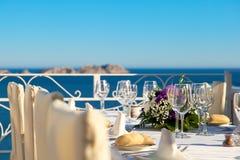 Elegante Hochzeitstafel mit Seeansichten Stockbild
