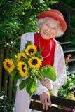 Elegante hogere dame in een kleurrijk rood de zomerensemble royalty-vrije stock fotografie