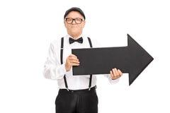 Elegante hogere heer die een pijl houden Stock Foto's