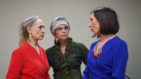 Elegante hogere vrouw die bij oudstudenten het samenkomen spreken Rijpe vrouw drie die terwijl de vriend samenkomt communiceren V stock video