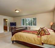 Elegante hoofdslaapkamer met houten bedkader Royalty-vrije Stock Afbeeldingen