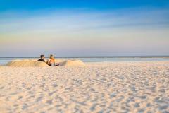 Elegante huwelijksachtergrond op het strand in zonsondergangkleuren royalty-vrije stock fotografie