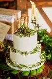 Elegante huwelijkscake met bloemen en decor van groene bessen Vegetarische snoepjes royalty-vrije stock foto