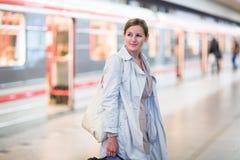 Elegante, intelligente, junge Frau, welche die Metro nimmt Lizenzfreies Stockfoto