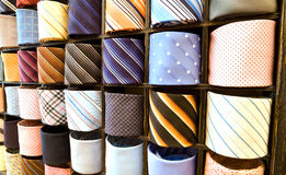 Elegante italienische Krawatten in einer Gleichheitzahnstange Lizenzfreies Stockfoto