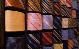 Elegante italienische Krawatten in einer Gleichheitzahnstange Stockfotografie