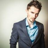 Elegante jonge knappe mens in kostuum Het portret van de studiomanier Stock Foto's