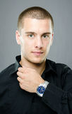 Elegante jonge mens met luxehorloge Stock Afbeelding