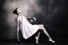 Elegante jonge vrouw Stock Foto's