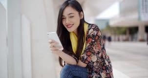 Elegante jonge vrouw die een mobiel bericht lezen stock video