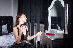 Elegante jonge vrouw die parfum toepassen royalty-vrije stock afbeeldingen