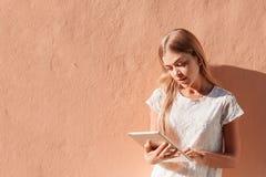 Elegante jonge vrouw die tablet gebruiken Royalty-vrije Stock Afbeeldingen