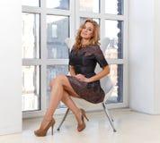 Elegante jonge vrouw in kleding en hoge hielschoenen Stock Afbeelding