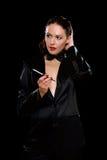Elegante jonge vrouw met sigaret Stock Foto's