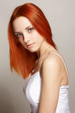 Elegante jonge vrouw op lichte achtergrond Stock Foto's