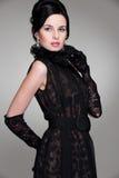 Elegante jonge vrouw in zwarte kleding stock fotografie
