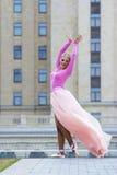 Elegante junge Ballerinaaufstellung Stockbild