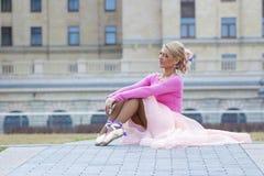 Elegante junge Ballerinaaufstellung Lizenzfreies Stockfoto