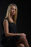 Elegante junge blonde Frau stockbild