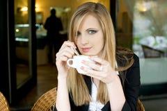 Elegante junge blonde Frau auf cofffee Bruch. Lizenzfreies Stockbild
