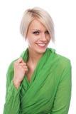 Elegante junge blonde Frau im Grün Stockbilder