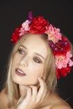 Elegante junge blonde Frau mit Blumenkranz in ihrem Haar Stockfoto