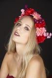 Elegante junge blonde Frau mit Blumenkranz in ihrem Haar Lizenzfreie Stockfotografie